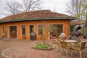 Das Restaurant mit Sonnenterrasse bietet kleine Snacks, Kaffee und Kuchen an. Foto: BSM