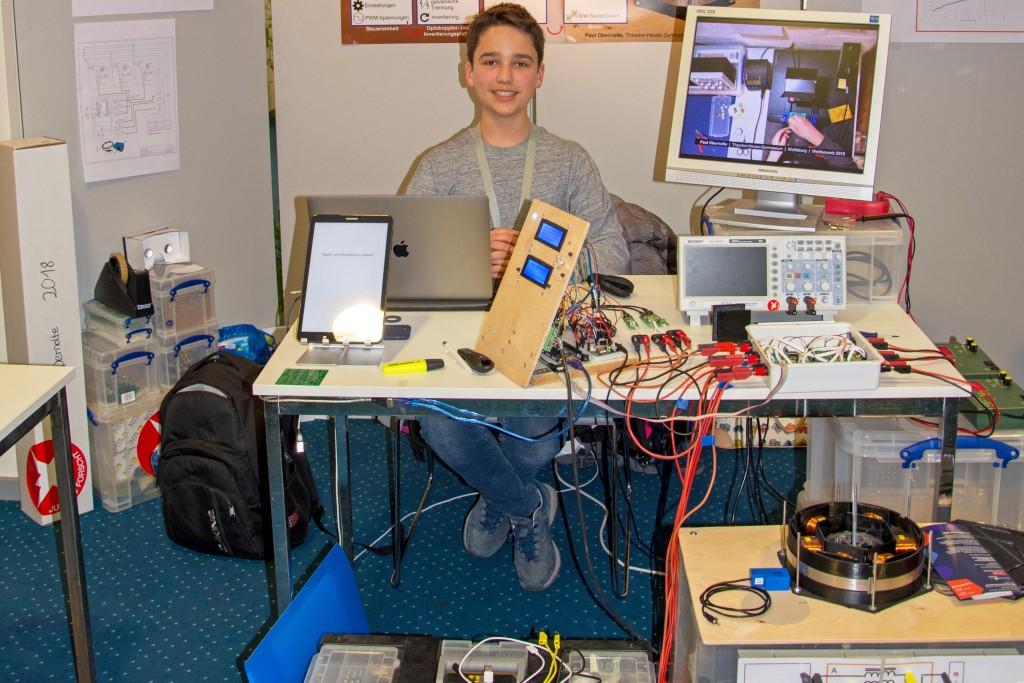 Paul Obernolte (14) präsentiert mir stolz sein beeindruckendes Forschungsprojekt. Foto: BSM