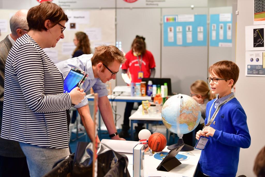Linus Klintschar (10) erklärt, wie er belegen konnte, dass die Erde rund ist. Foto: Andreas Greiner-Napp