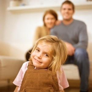 Dieses Mädchen lächelte Janine und Karsten vom Plakat des Pflegekinderdiensts an. Foto: PhotoAlto