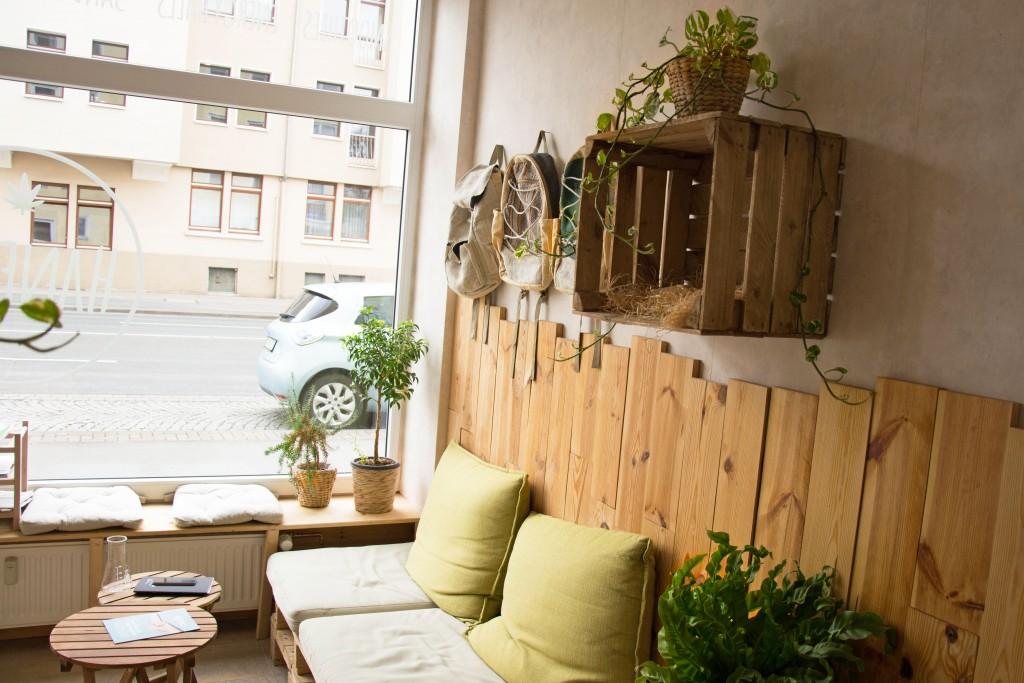 Zimmerpflanzen, duftendes Holz und gemütliche Kissen: In der Hanfbar bleibe ich gerne noch etwas länger und genieße meinen Smoothie. Foto: BSM