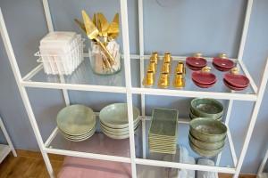 Hier gibt es auch eine große Auswahl an Geschirr und nützlichen Küchenutensilien. Foto: BSM