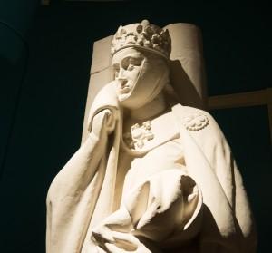 """Die Statue von Uta von Naumburg steht bei der Ausstellung """"Eva's Beauty Case und Adam's Necessaire"""" im Braunschweigischen Landesmuseum. Foto: BSM"""