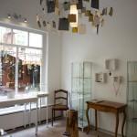 In den Glasvitrinen befinden sich die individuell gestalteten Schmuckstücke. Foto: BSM