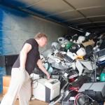Holger Horn demonstriert, wie viel Müll innerhalb einer Woche entsteht. Foto: BSM