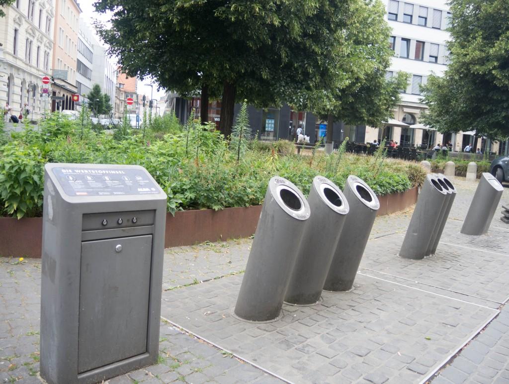 Am Bankplatz befinden sich die unterirdischen Abfallbehälter. Foto: BSM