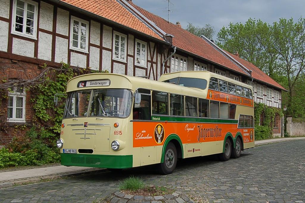 In dem historischen Oldtimerbus von Büssing können Teilnehmerinnen und Teilnehmer der Stadtrundfahrt interessante Details über die Löwenstadt erfahren. Foto: BSM