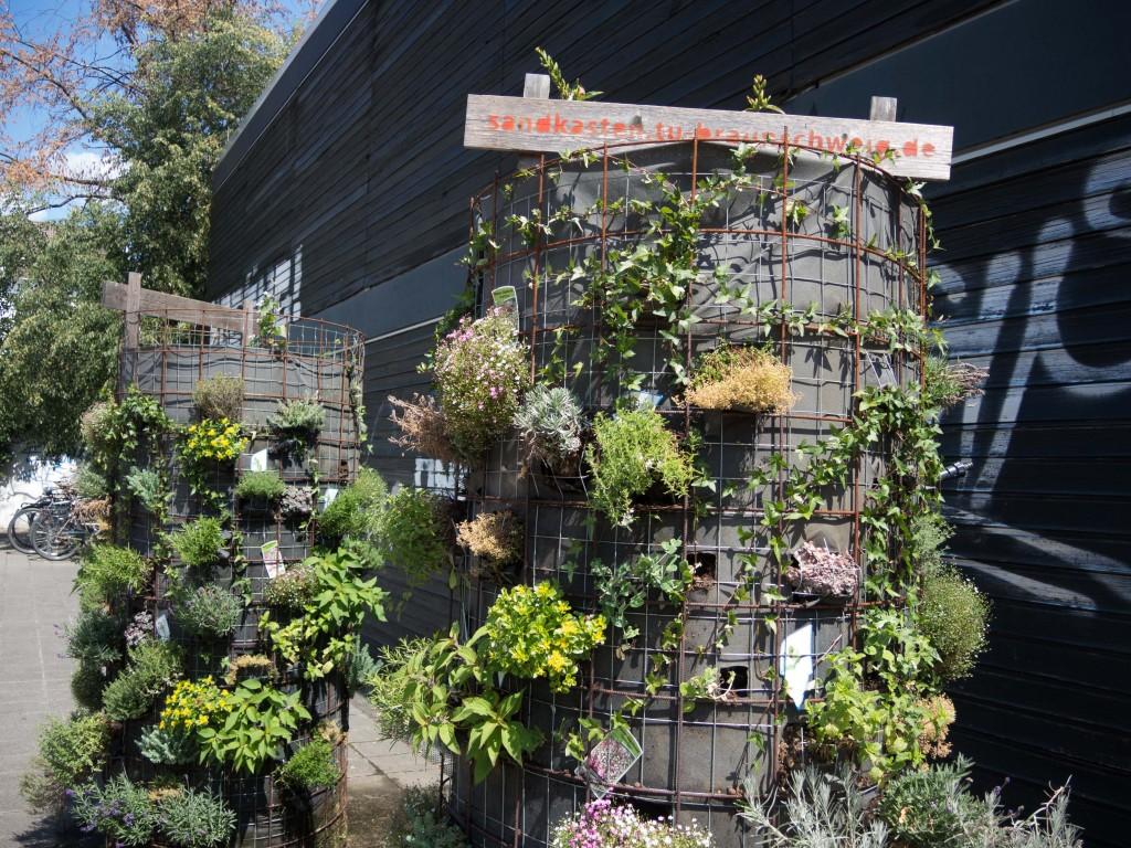 Die Pflanzensäulen machen nicht nur optisch etwas her. Hier darf man sich an Erdbeeren und Basilikum bedienen. Foto: BSM
