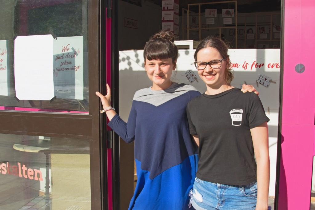 Hannah Hemsing (links) und Catharina van der Heyde begrüßen mich an einem sonnigen Julitag. Foto: BSM