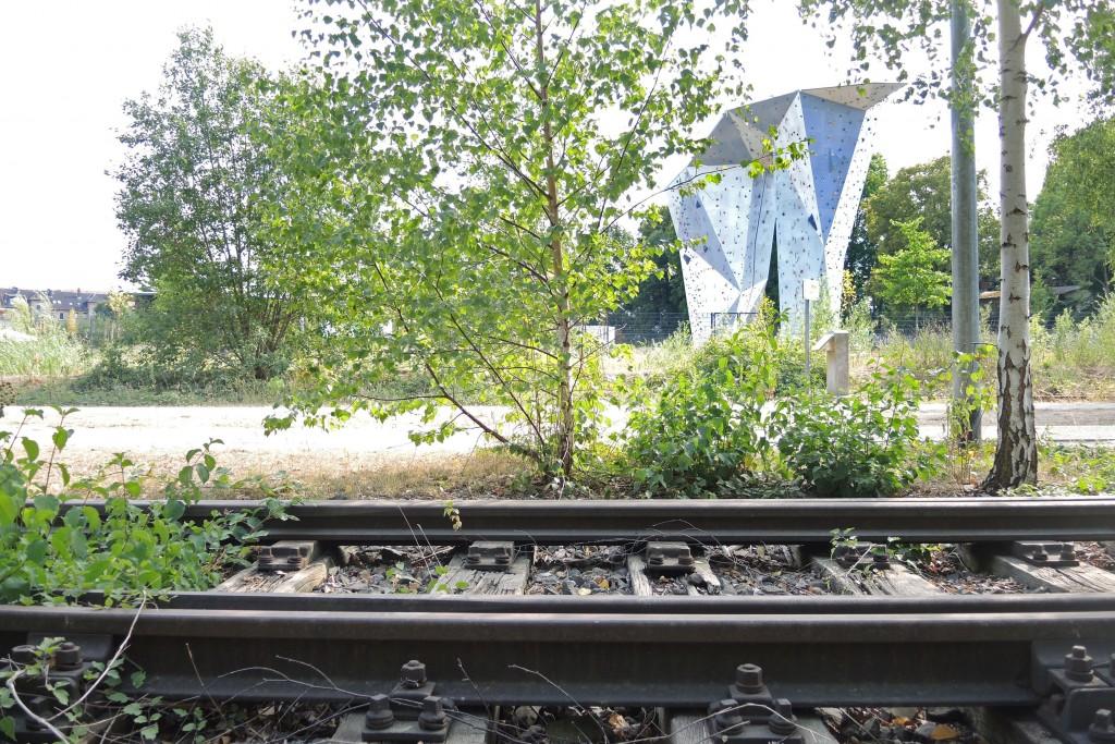 Das Gleisbett im Vordergrund und der Kletterturm der Fliegerhalle im Hintergrund - auf dem Ringgleis gibt es viel zu entdecken. Foto: BSM