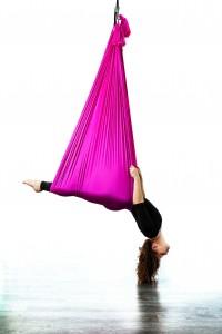 Beim Aerial Yoga entspannt man in luftiger Höhe. Foto: T-Tanzstück