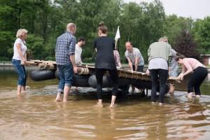 Letzter Check: Ist das selbst gebaute Floß seetauglich? Foto: Teamgeist