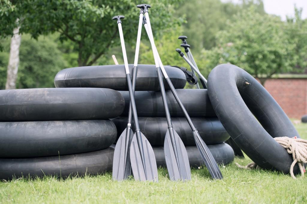 Der Floßbau ist eine besondere Herausforderung für das Team. Foto: Teamgeist