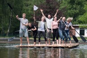 Nach getaner Arbeit ist die Freude groß und der Ausflug mit dem selbst gebauten Floß kann kommen. Foto: Teamgeist