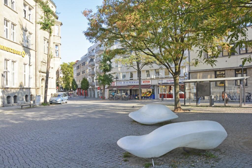 Die Wolken-Bänke auf dem Friedrich-Wilhelm-Platz. Foto: BSM