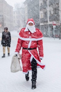 Der Weihnachtsmann beim Flashwichteln 2017 auf dem Friedrich-Wilhelm-Platz. Foto: Kultviertel e. V.