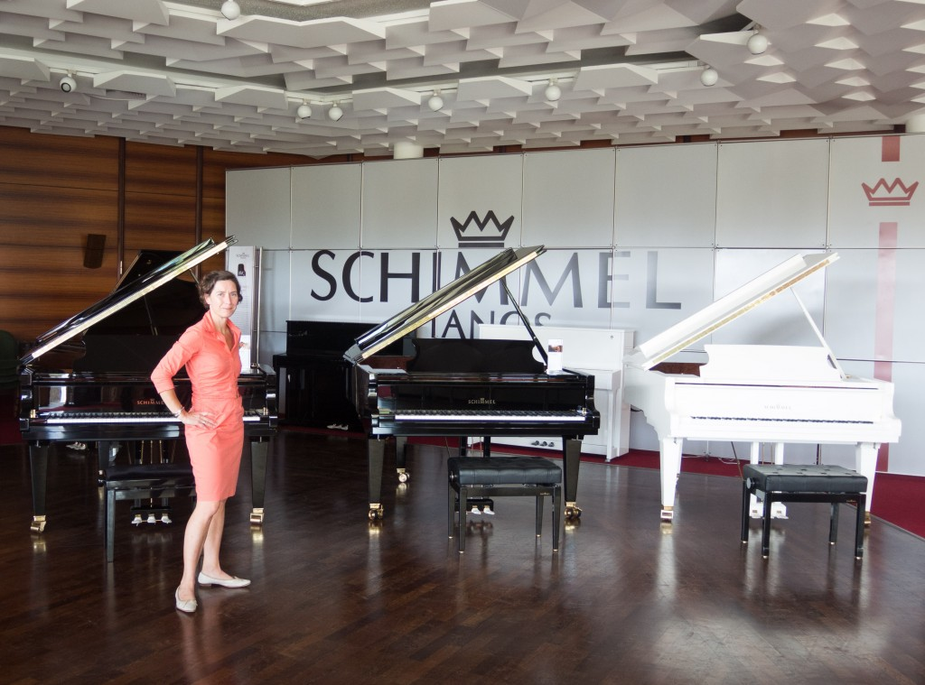 Viola Schimmel zeigt mir die Schimmel-Klaviere und -Flügel. Foto: BSM