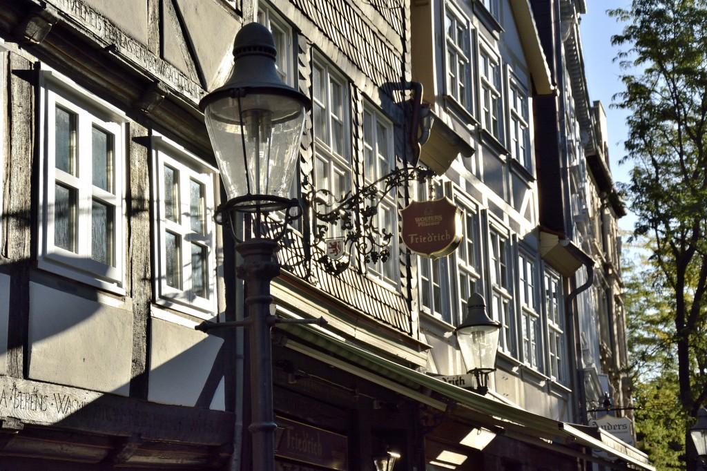 Im Magniviertel reflektieren die Fenster die warmen Sonnenstahlen. Foto: BSM