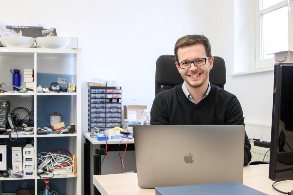 Julian Glaab in den Büroräumen von AIPARK im Technologiepark am Rebenring. Foto: Stephen Dietl