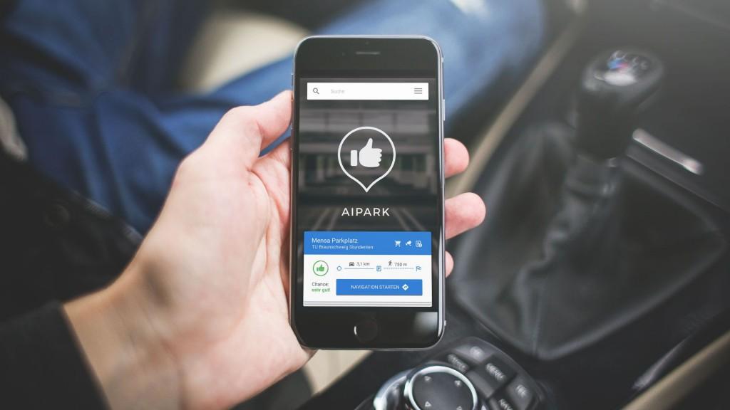 Die App analysiert Verkehrsdaten und errechnet die Wahrscheinlichkeit für einen freien Parkplatz nahe des Zielgebiet und navigiert direkt dorthin. Foto: AIPARK