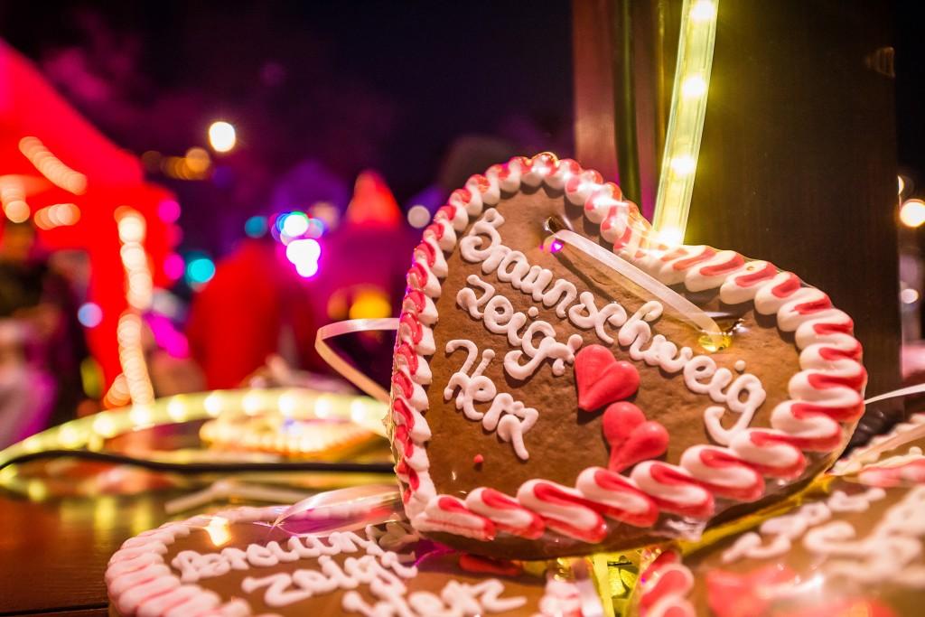 """Als Dankeschön für Ihre Spende erhalten Sie bei """"Braunschweig zeigt Herz"""" am 1. Dezember ein Lebkuchenherz oder einen Herzluftballon. Foto: BSM/MoNo Photography"""