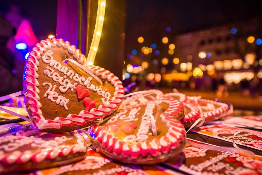 Für eine Spende gibt es unter anderem ein Lebkuchenherz. Foto: BSM/MoNo Photography