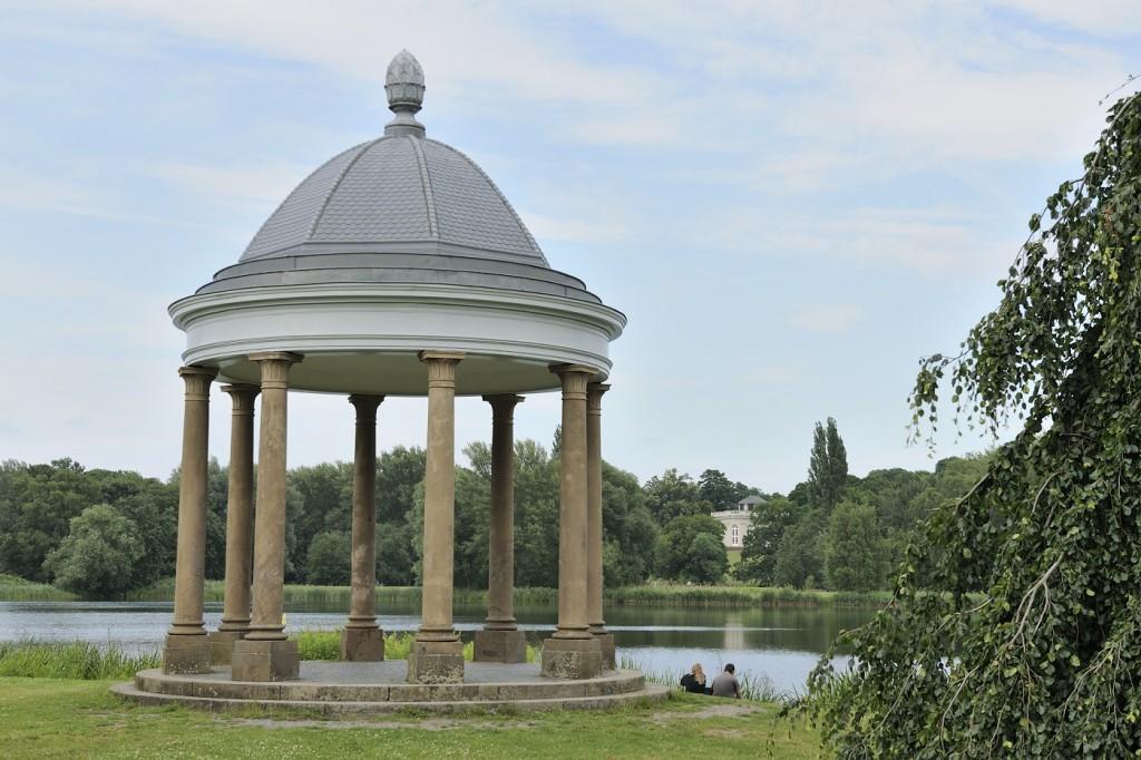 Landschaftlich wunderschön gelegen ist das Schloss Richmond ideal für Märchenhochzeiten. Foto: BSM/Daniel Möller