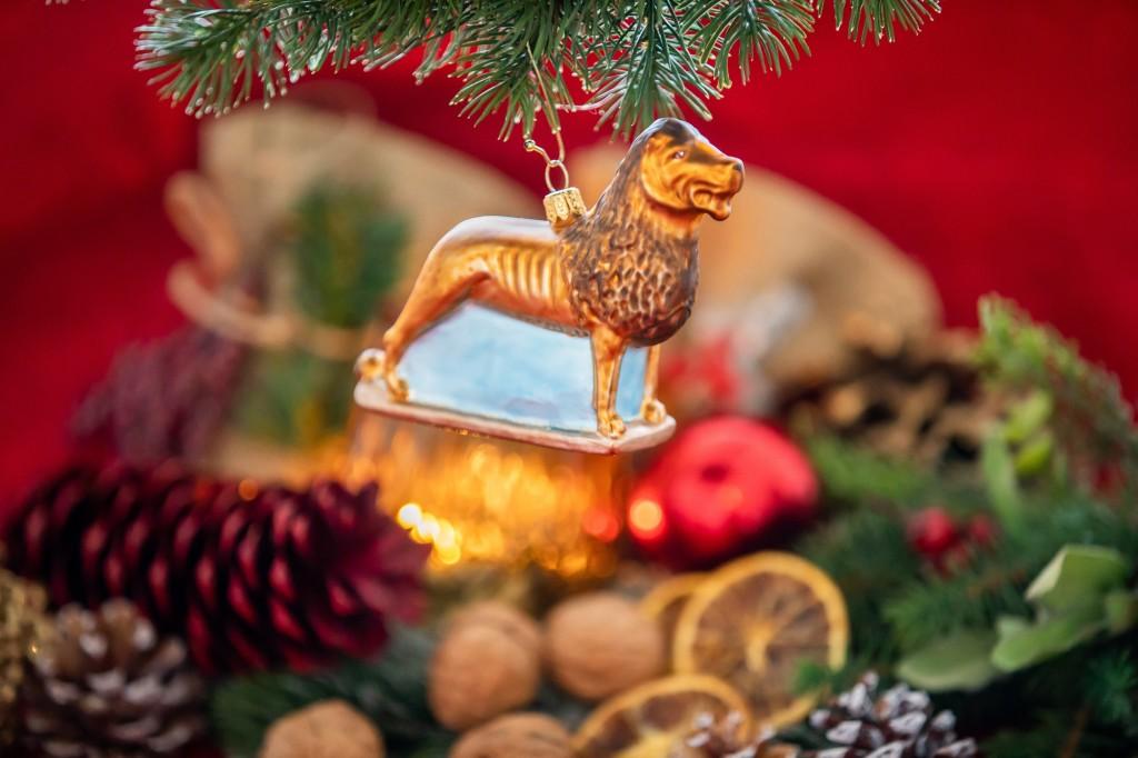 """Ein Blickfang am heimischer Weihnachtsbaum: Der Baumschmuck """"Braunschweiger Löwe"""" Foto: BSM/Philipp Ziebart"""