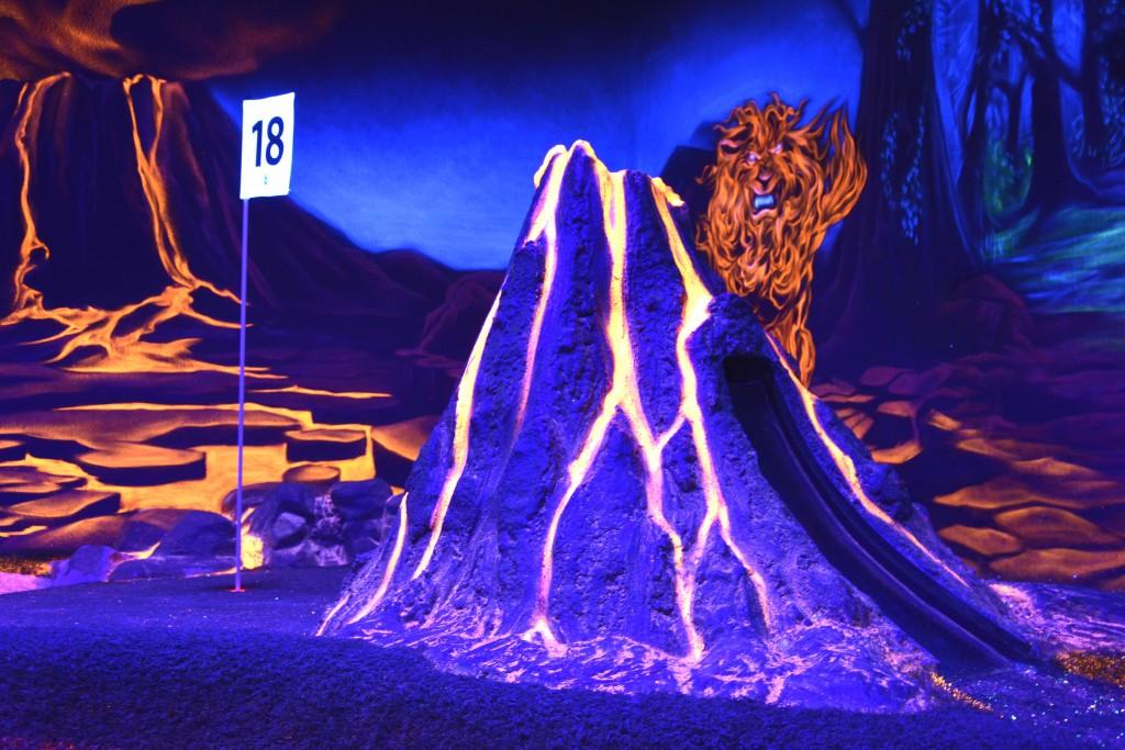 Wirkt ganz schön echt: Der lavaspuckende Vulkan auf der Bahn 18. Foto: BSM
