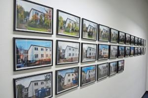 Fotos von Gebäuden an der Wand