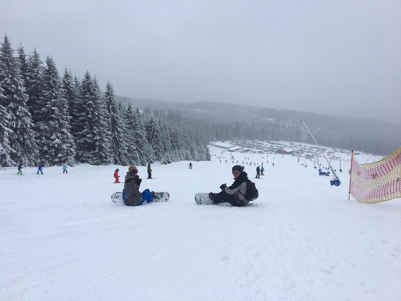 Runter kommen sie alle - bestenfalls stehend. Snowboardfahrer auf dem Wurmberg. Foto: Fabian Kappel