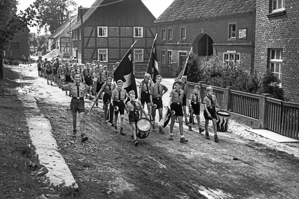 Marsch des Jungvolks Lippstadt durch Meiste, um 1944 © Stadtarchiv Lippstadt, Bestand Nies