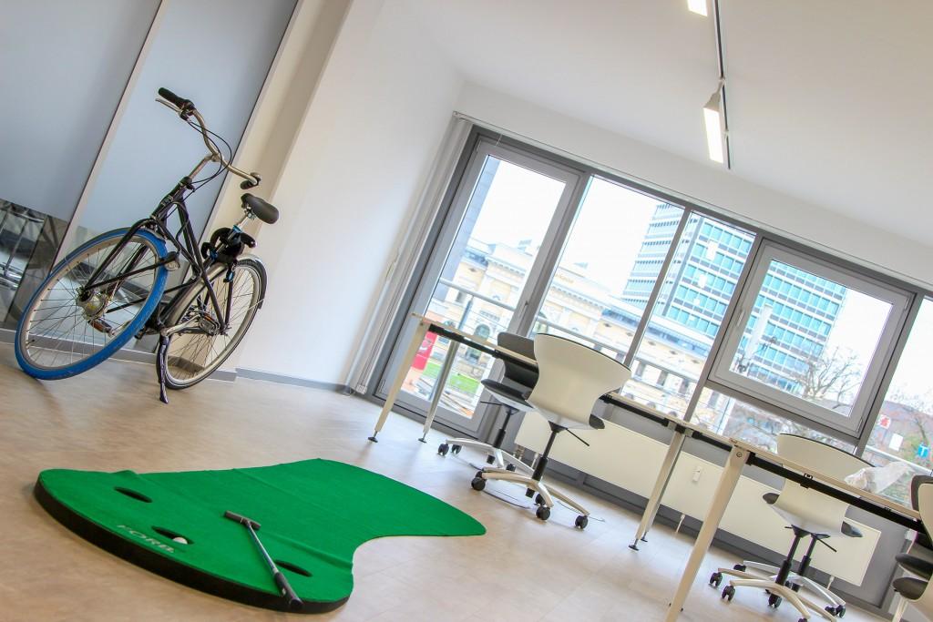 Office-Golf und Fahrräder sollen die Coworking-Nutzer auf andere Gedanken bringen. Foto: Stephen Dietl