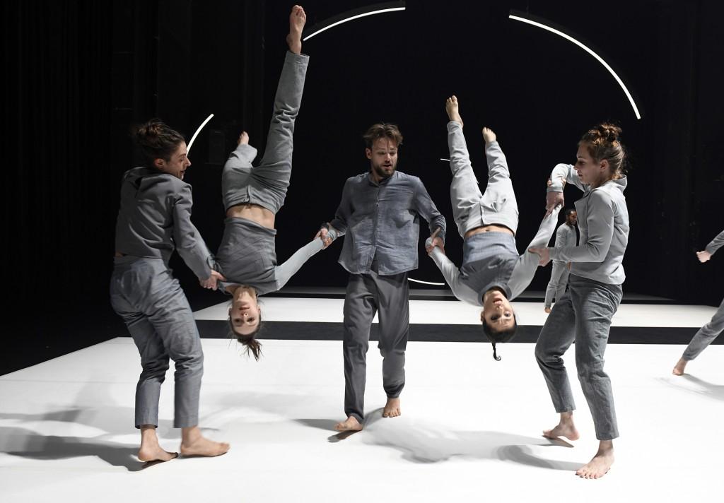 Verloren in Raum und Zeit. Die Tänzerinnen und Tänzer im Stück Perpetuum. Foto: Bettina Stoess