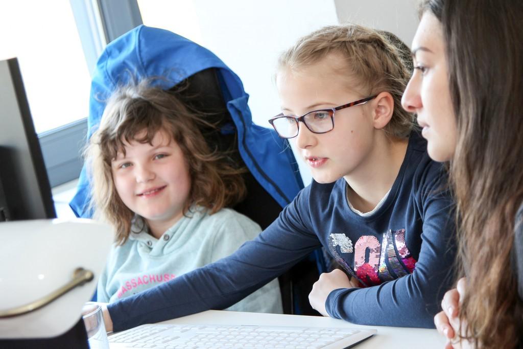 Sophie (links) und Evi (beide 5. Klasse) nehmen zum ersten Mal am Digital Camp teil.