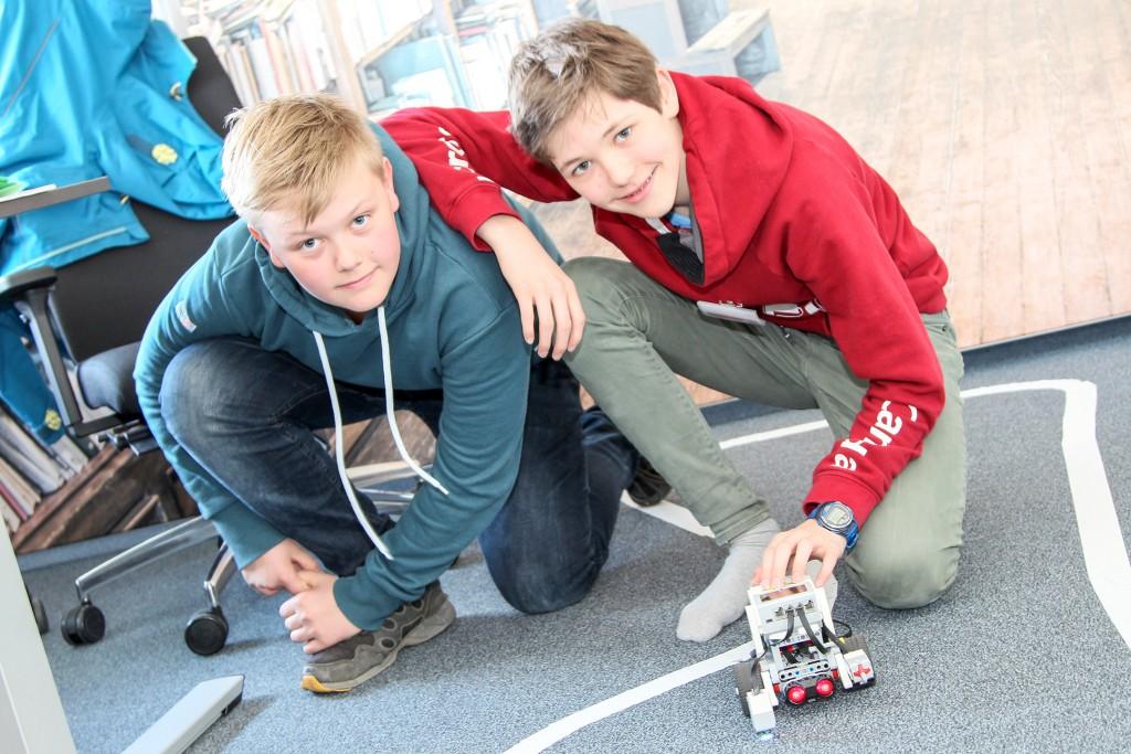 Linus (links) und Ken mit ihrem selbstfahrendem Roboter-Fahrzeug. Foto: Steffen Dietl