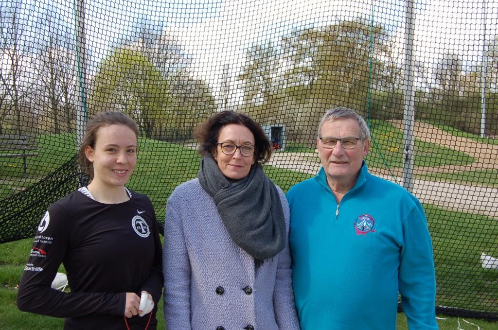 Henriette und Kerstin Heinichen und Klaus Schmidt freuen sich auf viele spannende sportliche Auseinandersetzungen beim Hammerwurfmeeting. Foto: BSM