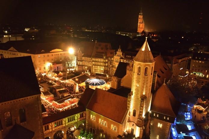Der Blick vom Rathausturm zeigt: Schon zur Eröffnung strömten Tausende auf den Braunschweiger Weihnachtsmarkt. Foto: BSM