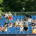Die Zuschauer schützen sich mit Hüten, Mützen und Schirmen vor der Sonne. Foto: BSM
