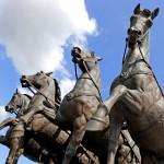 Aus so kurzer Distanz sehen die Pferde der Quadriga richtig lebendig aus. Foto: BSM