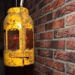 Schummriges Licht verbreitet diese Öllampe. Foto: BSM