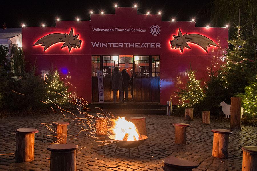 Eingang zum Zelt des Winterhteaters