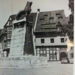 1951: Auch die Zeit des Rock'n'Roll und des Petticoat erlebt er auf dem Burgplatz. Foto: Stadtarchiv Braunschweig