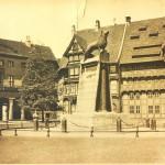 Ein bisschen Zeit ist vergangen, aber auch 1930 wacht der Braunschweiger Löwe über den Burgplatz. Foto: Stadtarchiv Braunschweig