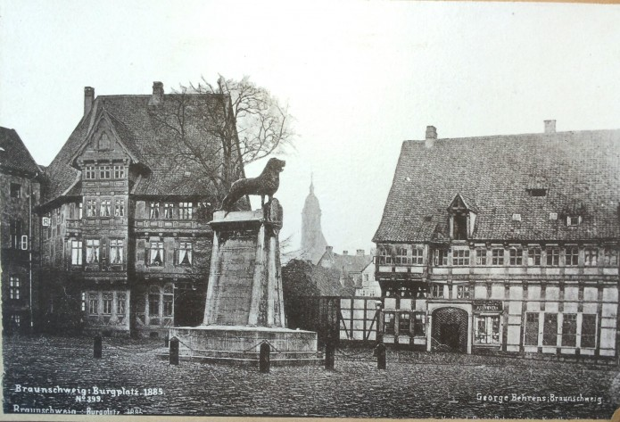 Der Braunschweiger Löwe im Wandel der Zeiten – im Braunschweiger Stadtarchiv sind wir fündig geworden: Der Burgplatz 1885. Foto: Stadtarchiv Braunschweig