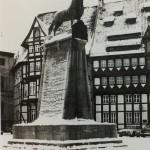 1976: Ein paar Winter erlebt er aber noch auf dem Burgplatz. Foto: Stadtarchiv Braunschweig