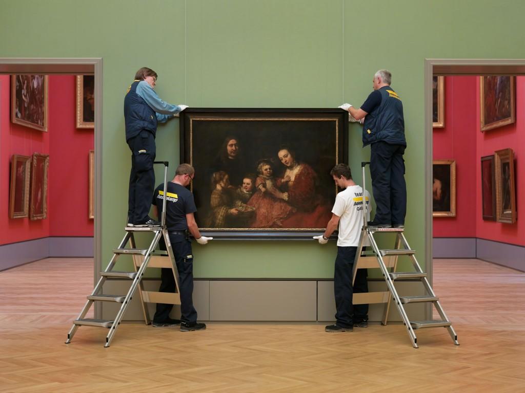 Das Familienbild von Rembrandt wird gehängt. Foto: Cordes, HAUM
