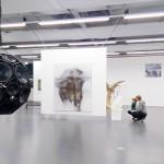 Dynamik in der Ausstellung durch frei im Raum hängende Exponate. Foto: Stephen Dietl