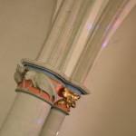 Bei Sonnenschein malen die bunten Glasfenster Muster an die weißen Säulen. Foto: BSM