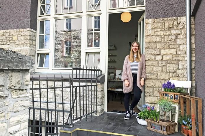 Alyssa Schulze vor ihrem Laden und Atelier Projekt Stil in der Kasernenstraße. Foto: Alyssa Schulze